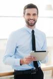 Homem de negócios com almofada de nota Fotos de Stock Royalty Free