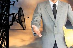 Homem de negócios com aperto de mão às telecomunicações da cooperação Fotografia de Stock