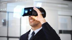 Homem de negócios com auriculares e cubo do vr na tela vídeos de arquivo