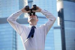 Homem de negócios com binóculos Foto de Stock Royalty Free