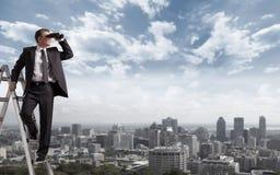 Homem de negócios com binóculos. Imagens de Stock Royalty Free