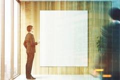 Homem de negócios com café perto do cartaz, escritório tonificado Fotos de Stock