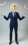 Homem de negócios com a caixa do cubo do jogo em vez da cabeça Fotografia de Stock Royalty Free