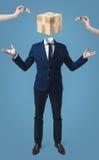 Homem de negócios com a caixa do cubo do jogo em vez da cabeça Imagens de Stock