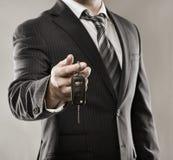 Homem de negócios com chave do carro Fotografia de Stock