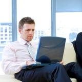 Homem de negócios com computador Fotos de Stock Royalty Free