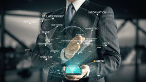 Homem de negócios com conceito do holograma do gerenciamento de relacionamento com o cliente