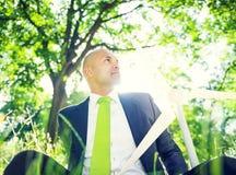 Homem de negócios com conceitos verdes do negócio foto de stock
