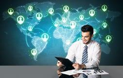 Homem de negócios com conexão social dos meios Fotografia de Stock Royalty Free