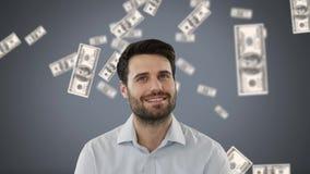 Homem de negócios com dinheiro na queda livre no fundo cinzento video estoque