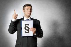 Homem de negócios com dobrador e sinal do parágrafo Fotografia de Stock Royalty Free