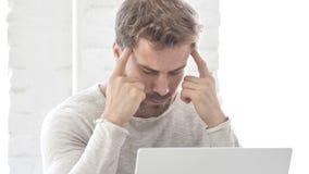 Homem de negócios com dor de cabeça no trabalho video estoque