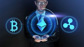 Homem de negócios com em ícones do cryptocurrency imagens de stock