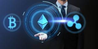 Homem de negócios com em ícones do cryptocurrency Fotos de Stock Royalty Free