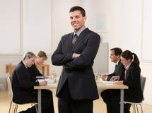 Homem de negócios com encontro dos colegas de trabalho foto de stock