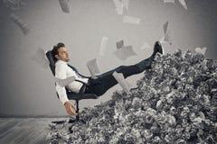 Homem de negócios com folha de papel em qualquer lugar Enterrado pela burocracia conceito do excesso de trabalho fotografia de stock royalty free