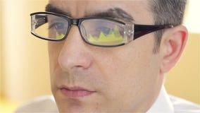 Homem de negócios com funcionamento de vidros no computador filme