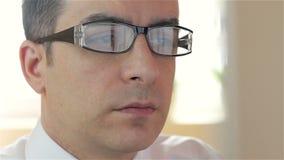 Homem de negócios com funcionamento de vidros no computador - close up filme