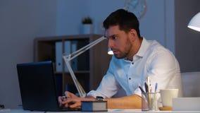 Homem de negócios com funcionamento do portátil no escritório da noite vídeos de arquivo
