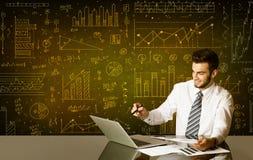 Homem de negócios com fundo do diagrama Fotografia de Stock Royalty Free