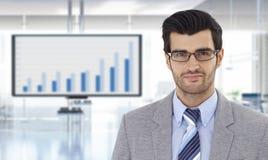 Homem de negócios com gráfico financeiro na tevê Fotos de Stock Royalty Free