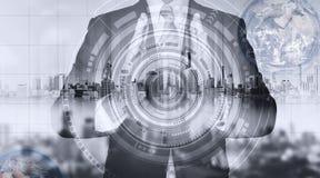 Homem de negócios com holograma da cidade e tecnologia futurista tecnologia futurista do negócio do criador, elementos deste furn Imagem de Stock
