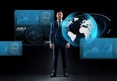 Homem de negócios com holograma do globo da terra sobre o preto Imagem de Stock Royalty Free