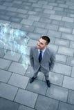 Homem de negócios com holograma do mapa do mundo fora Foto de Stock