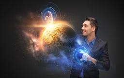 Homem de negócios com holograma virtual do planeta e do espaço fotografia de stock royalty free