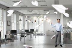 Homem de negócios com lata do aerossol 3d rendem Fotos de Stock