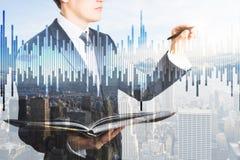 Homem de negócios com livro e mercado de valores de ação Fotografia de Stock