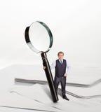 Homem de negócios com lupa grande Imagem de Stock Royalty Free