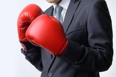 Homem de negócios com a luva de encaixotamento pronta para lutar com problema, busin Fotografia de Stock
