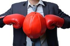 Homem de negócios com a luva de encaixotamento pronta para lutar com trabalho, negócio Imagens de Stock