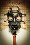 Homem de negócios com máscara de gás fotografia de stock royalty free