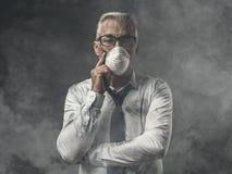 Homem de negócios com máscara e poluição do ar fotografia de stock