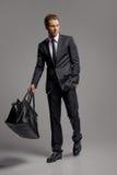 Homem de negócios com mala de viagem. Comprimento completo do busine novo seguro Fotografia de Stock Royalty Free