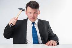 Homem de negócios com martelo Fotografia de Stock Royalty Free
