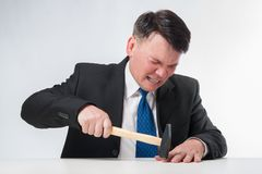 Homem de negócios com martelo Foto de Stock