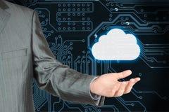 Homem de negócios com a nuvem na placa de circuito escura imagens de stock royalty free