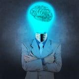 Homem de negócios com o cérebro do metal da lâmpada-cabeça 3d Imagem de Stock Royalty Free
