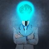 Homem de negócios com o cérebro do metal da lâmpada-cabeça 3d Foto de Stock Royalty Free