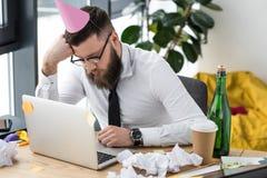 homem de negócios com o cone de papel no sono principal foto de stock royalty free