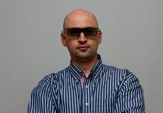 Homem de negócios com o eyewear 3d no fundo cinzento Fotografia de Stock