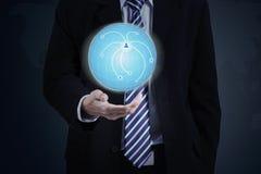 Homem de negócios com o globo da terra 3d à disposição Imagens de Stock Royalty Free