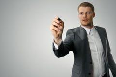 Homem de negócios com o marcador preto na mão foto de stock