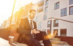 Homem de negócios com o PC do fones de ouvido e da tabuleta imagens de stock royalty free