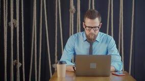 Homem de negócios com o portátil no café vídeos de arquivo