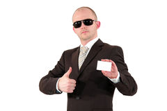Homem de negócios com os óculos de sol que mostram um cartão Imagens de Stock Royalty Free