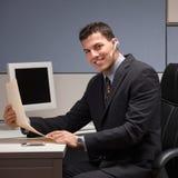 Homem de negócios com os auriculares que trabalham na mesa Fotos de Stock